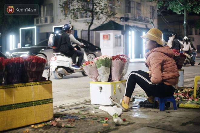 Valentine giữa mùa dịch, hàng hoa sinh viên vắng hẳn, có bán cũng lác đác người mua - ảnh 8