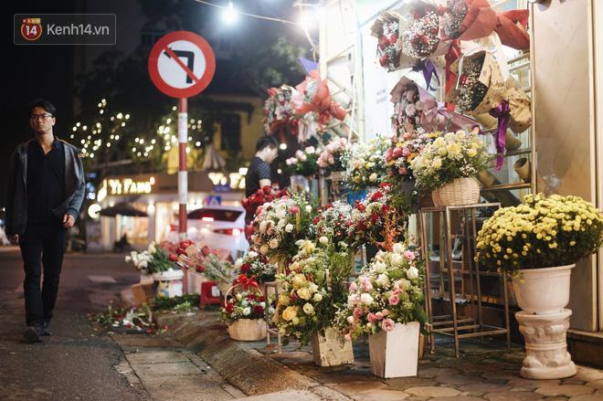 Valentine giữa mùa dịch, hàng hoa sinh viên vắng hẳn, có bán cũng lác đác người mua - ảnh 7