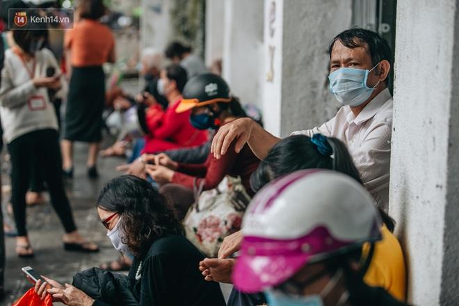 Người Hà Nội rồng rắn hết cả con phố, đợi nhận tem phiếu để mua khẩu trang vải sử dụng 30 lần - ảnh 11