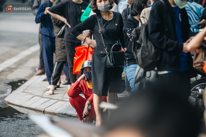 Người Hà Nội rồng rắn hết cả con phố, đợi nhận tem phiếu để mua khẩu trang vải sử dụng 30 lần - ảnh 7