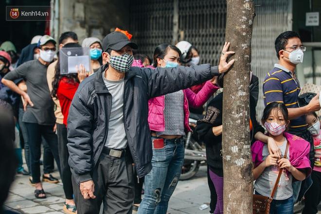 Người Hà Nội rồng rắn hết cả con phố, đợi nhận tem phiếu để mua khẩu trang vải sử dụng 30 lần - ảnh 6
