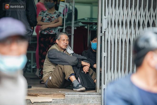 Người Hà Nội rồng rắn hết cả con phố, đợi nhận tem phiếu để mua khẩu trang vải sử dụng 30 lần - ảnh 8