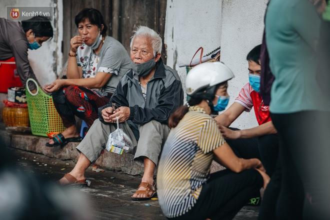 Người Hà Nội rồng rắn hết cả con phố, đợi nhận tem phiếu để mua khẩu trang vải sử dụng 30 lần - ảnh 5