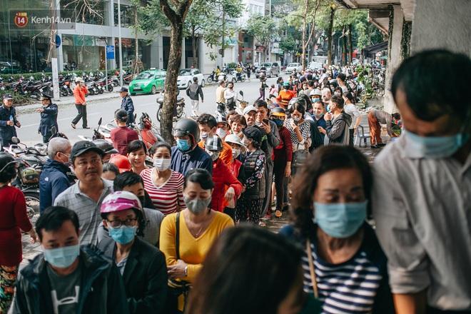 Người Hà Nội rồng rắn hết cả con phố, đợi nhận tem phiếu để mua khẩu trang vải sử dụng 30 lần - ảnh 14