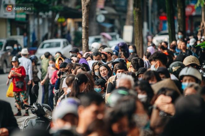 Người Hà Nội rồng rắn hết cả con phố, đợi nhận tem phiếu để mua khẩu trang vải sử dụng 30 lần - ảnh 23