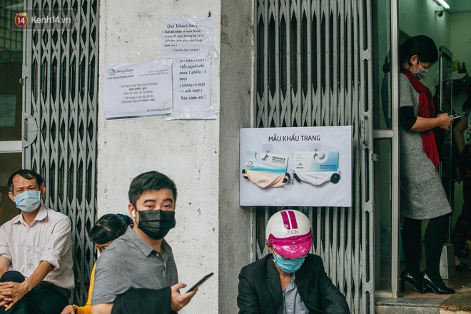 Người Hà Nội rồng rắn hết cả con phố, đợi nhận tem phiếu để mua khẩu trang vải sử dụng 30 lần - ảnh 2