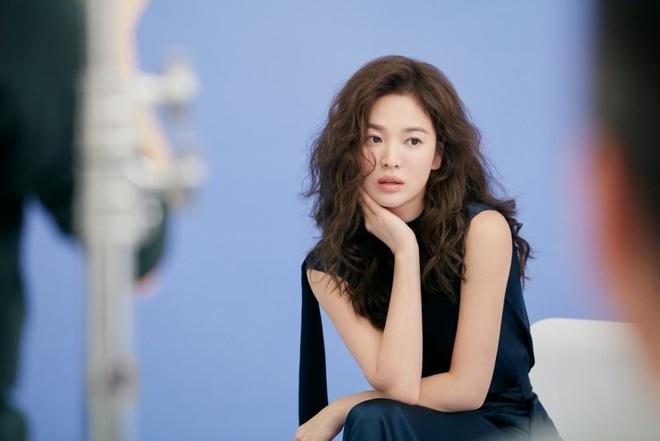 Trời ơi Song Hye Kyo khoe loạt ảnh với mái tóc xù mới toanh, visual thăng cấp 100 lần đỉnh quá rồi! - ảnh 11
