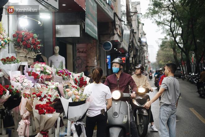 Valentine giữa mùa dịch, hàng hoa sinh viên vắng hẳn, có bán cũng lác đác người mua - ảnh 3