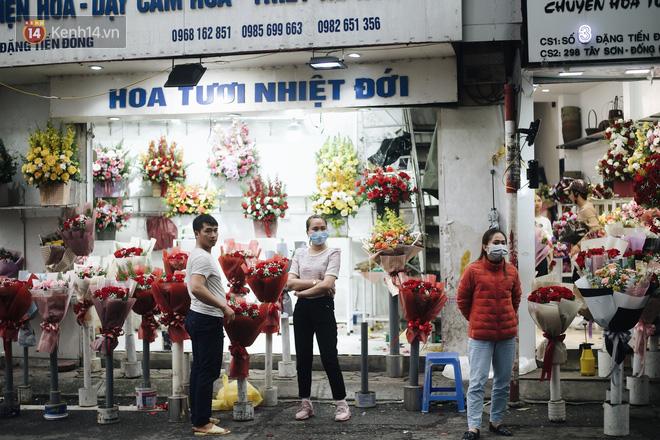 Valentine giữa mùa dịch, hàng hoa sinh viên vắng hẳn, có bán cũng lác đác người mua - ảnh 5