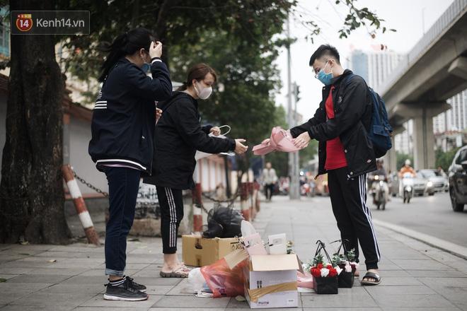 Valentine giữa mùa dịch, hàng hoa sinh viên vắng hẳn, có bán cũng lác đác người mua - ảnh 2