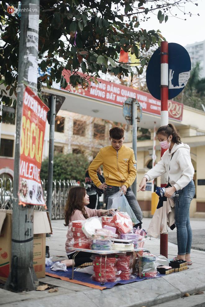 Valentine giữa mùa dịch, hàng hoa sinh viên vắng hẳn, có bán cũng lác đác người mua - ảnh 6