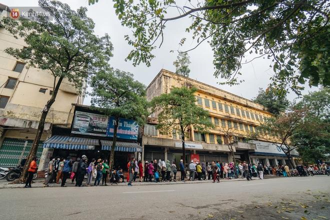 Người Hà Nội rồng rắn hết cả con phố, đợi nhận tem phiếu để mua khẩu trang vải sử dụng 30 lần - ảnh 1