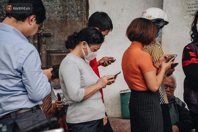 Người Hà Nội rồng rắn hết cả con phố, đợi nhận tem phiếu để mua khẩu trang vải sử dụng 30 lần - ảnh 10