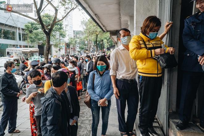 Người Hà Nội rồng rắn hết cả con phố, đợi nhận tem phiếu để mua khẩu trang vải sử dụng 30 lần - ảnh 22