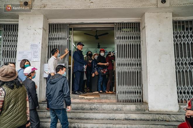 Người Hà Nội rồng rắn hết cả con phố, đợi nhận tem phiếu để mua khẩu trang vải sử dụng 30 lần - ảnh 15