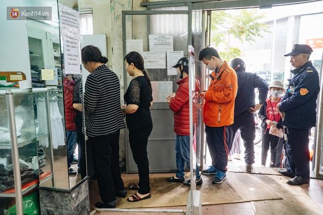 Người Hà Nội rồng rắn hết cả con phố, đợi nhận tem phiếu để mua khẩu trang vải sử dụng 30 lần - ảnh 18