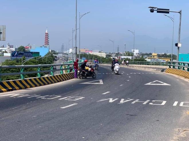 Dầu tràn xuống đường khiến hàng chục xe máy gặp nạn trên cầu vượt Ngã Ba Huế - ảnh 2