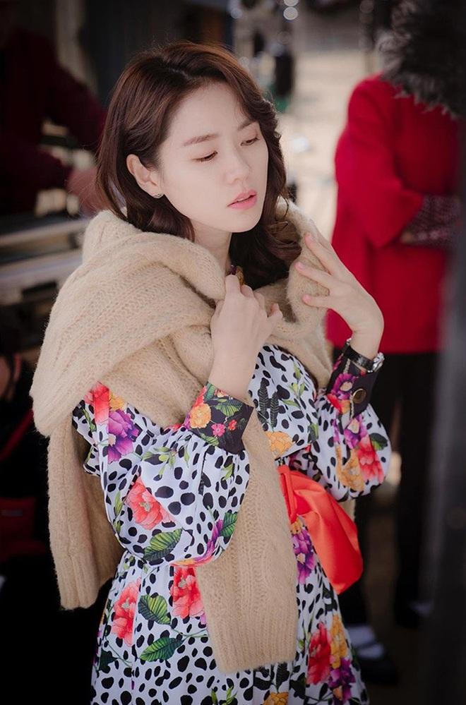 Phim gần hết mà set đồ hơn 100 triệu Son Ye Jin mặc khi rửa bát vẫn khiến dân tình trầm trồ không ngớt - ảnh 1