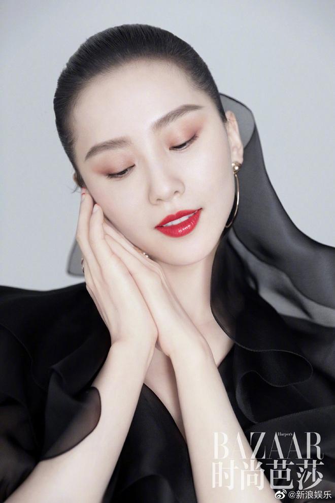 Lưu Thi Thi và bộ ảnh tạp chí đầu tiên sau sinh quý tử: Chẳng ai tin đây là bà mẹ bỉm sữa vì sắc vóc quá nuột - ảnh 7