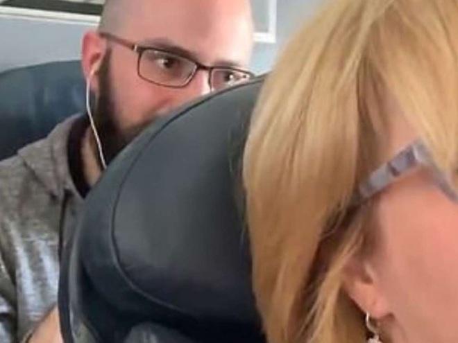 Nữ hành khách bị đấm liên tục vào lưng ghế trên máy bay, tiếp viên lại bênh vực kẻ ngồi sau và tranh cãi kịch liệt của cư dân mạng: Ai đúng, ai sai? - ảnh 1