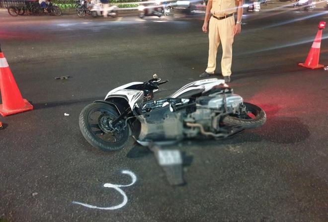 Bình Dương: Chạy xe máy băng qua đường, cả gia đình 3 người bị xe tông khiến bé trai 5 tuổi tử vong - Ảnh 2.