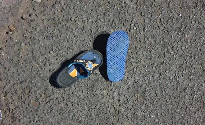 Bình Dương: Chạy xe máy băng qua đường, cả gia đình 3 người bị xe tông khiến bé trai 5 tuổi tử vong - Ảnh 3.
