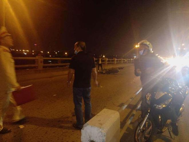 Hà Nội: Dắt con đi ăn xin trên cầu Thanh Trì, người mẹ bị xe máy tông tử vong, con bị thương - ảnh 1