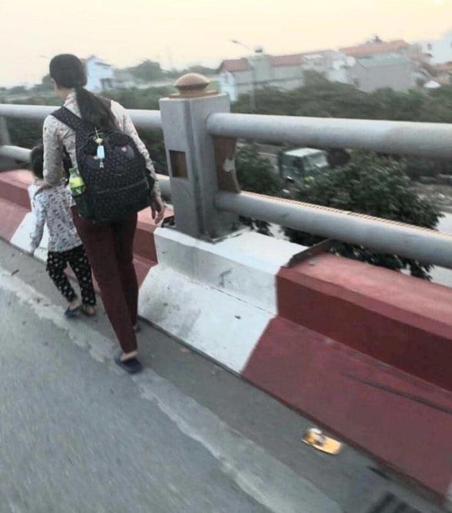 Hà Nội: Dắt con đi ăn xin trên cầu Thanh Trì, người mẹ bị xe máy tông tử vong, con bị thương - ảnh 2