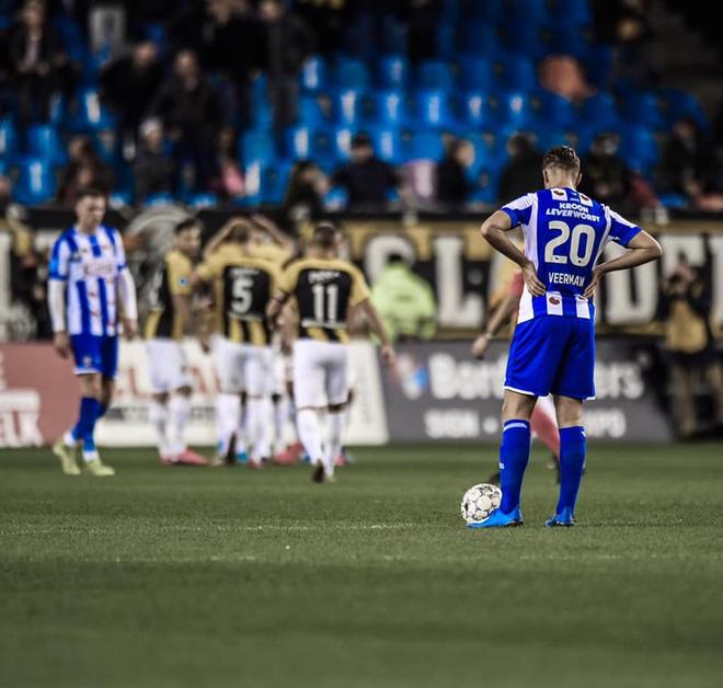 Văn Hậu ngồi ngoài nhìn các đồng đội ở hàng thủ liên tục mắc sai lầm trong trận SC Heerenveen thua đậm - ảnh 2