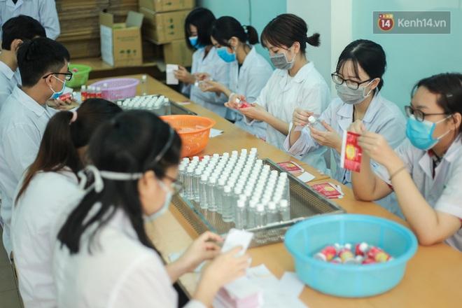 Giữa mùa dịch Covid-19, Đại học Bách khoa Hà Nội tự sản xuất 500 lít dung dịch sát khuẩn để chuyển xuống xã Sơn Lôi - ảnh 11
