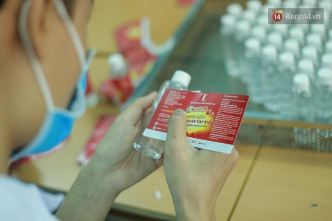 Giữa mùa dịch Covid-19, Đại học Bách khoa Hà Nội tự sản xuất 500 lít dung dịch sát khuẩn để chuyển xuống xã Sơn Lôi - ảnh 12