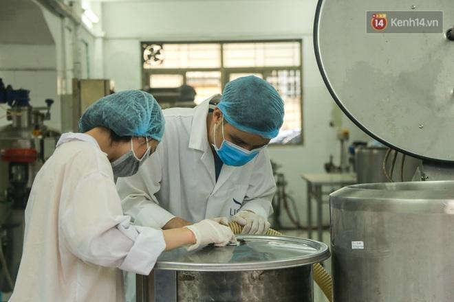 Giữa mùa dịch Covid-19, Đại học Bách khoa Hà Nội tự sản xuất 500 lít dung dịch sát khuẩn để chuyển xuống xã Sơn Lôi - ảnh 2