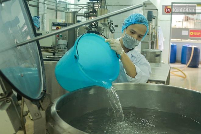 Giữa mùa dịch Covid-19, Đại học Bách khoa Hà Nội tự sản xuất 500 lít dung dịch sát khuẩn để chuyển xuống xã Sơn Lôi - ảnh 4