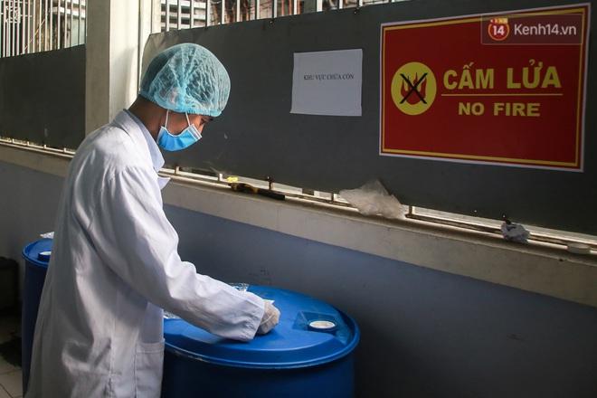 Giữa mùa dịch Covid-19, Đại học Bách khoa Hà Nội tự sản xuất 500 lít dung dịch sát khuẩn để chuyển xuống xã Sơn Lôi - ảnh 5