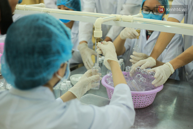Giữa mùa dịch Covid-19, Đại học Bách khoa Hà Nội tự sản xuất 500 lít dung dịch sát khuẩn để chuyển xuống xã Sơn Lôi - ảnh 8