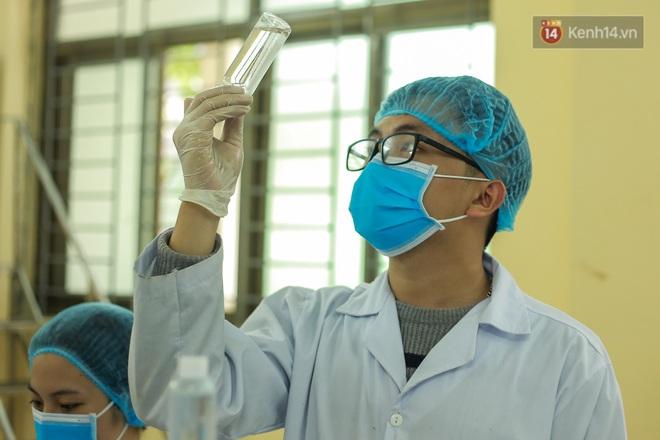 Giữa mùa dịch Covid-19, Đại học Bách khoa Hà Nội tự sản xuất 500 lít dung dịch sát khuẩn để chuyển xuống xã Sơn Lôi - ảnh 9