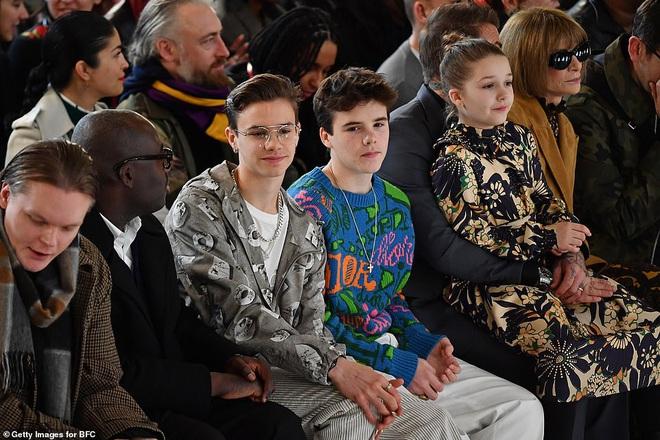 Gia đình Beckham chiếm spotlight tại show của Victoria: Romeo và Cruz ngày càng bảnh, Brooklyn bất ngờ vắng mặt - ảnh 2