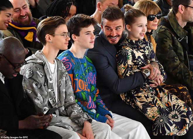 Gia đình Beckham chiếm spotlight tại show của Victoria: Romeo và Cruz ngày càng bảnh, Brooklyn bất ngờ vắng mặt - ảnh 1