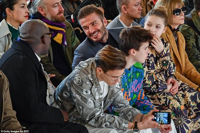 Gia đình Beckham chiếm spotlight tại show của Victoria: Romeo và Cruz ngày càng bảnh, Brooklyn bất ngờ vắng mặt - ảnh 6