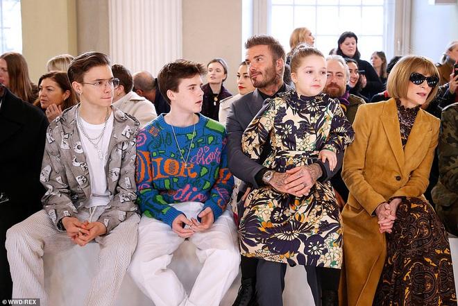 Gia đình Beckham chiếm spotlight tại show của Victoria: Romeo và Cruz ngày càng bảnh, Brooklyn bất ngờ vắng mặt - ảnh 4