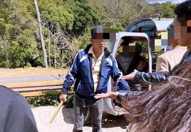 Tranh giành chỗ chụp hình ở hồ Vô Cực - Đà Lạt, một du khách Thái Lan bị đánh bầm dập - ảnh 1
