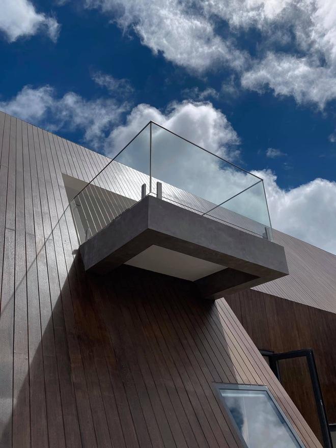 Mọi ngóc ngách trong biệt thự mới của Tóc Tiên tại Đà Lạt: Thiết kế hiện đại sang trọng, 90% đều bằng gỗ - ảnh 2