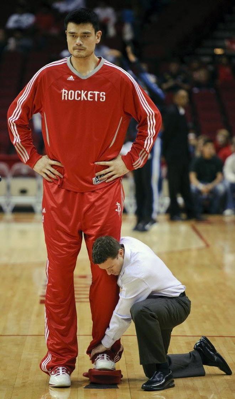 Chết cười với những tình huống khó đỡ các ngôi sao bóng rổ gặp phải do quá cao: Chụp ảnh thì mất mặt, muốn hôn bạn gái cũng khó - ảnh 10