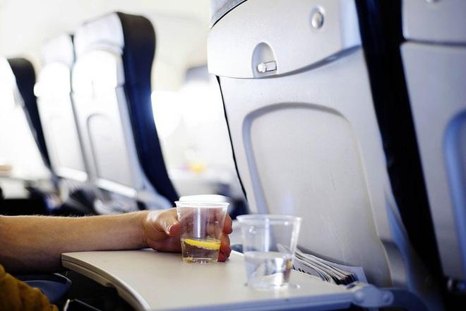 Sốc với sự thật về nơi bẩn nhất trên máy bay, 100% hành khách đều chạm vào trên các chuyến bay đường dài - Ảnh 1.