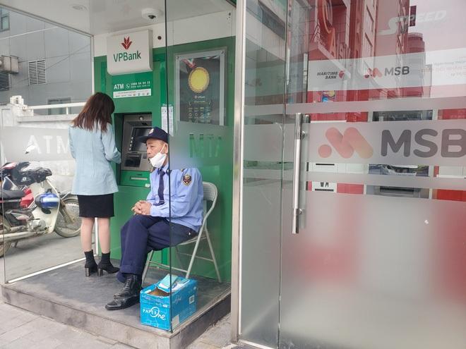 Tiếp xúc hàng trăm người/ngày nhưng ATM không có nước sát khuẩn, cồn rửa tay phòng Covid-19 - ảnh 3