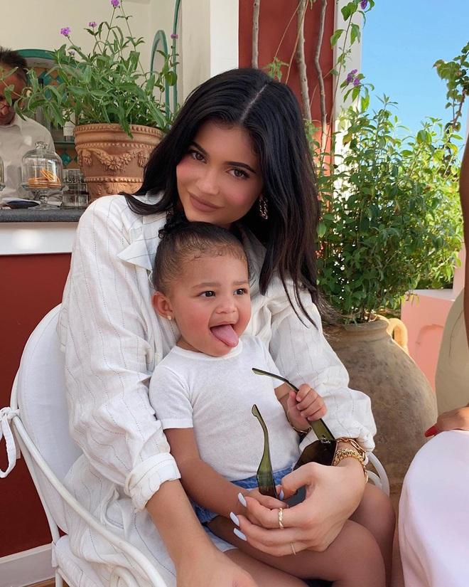 Chưa chắc bạn đã cool bằng bé Stormi nhà Kylie: Mới 2 tuổi đã diện khuyên tai to bản cực gắt, khoe thần thái đến người lớn cũng phải e dè - ảnh 6