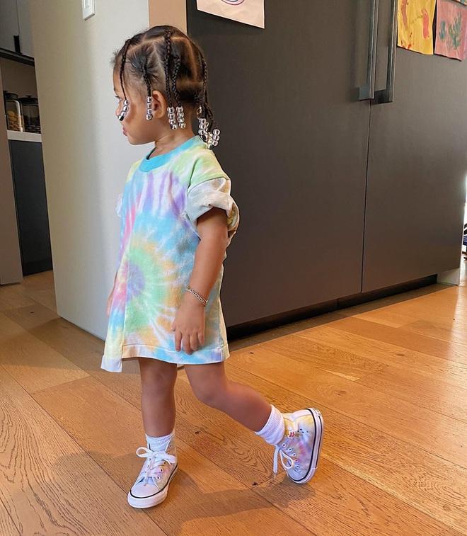 Chưa chắc bạn đã cool bằng bé Stormi nhà Kylie: Mới 2 tuổi đã diện khuyên tai to bản cực gắt, khoe thần thái đến người lớn cũng phải e dè - ảnh 5