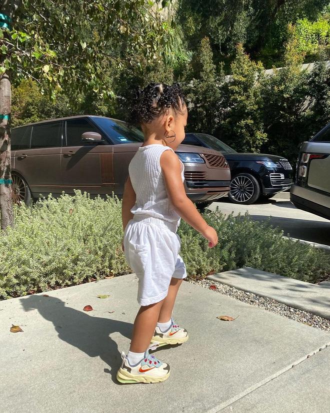 Chưa chắc bạn đã cool bằng bé Stormi nhà Kylie: Mới 2 tuổi đã diện khuyên tai to bản cực gắt, khoe thần thái đến người lớn cũng phải e dè - ảnh 3