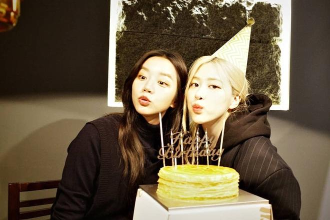 Loạt hình sinh nhật nóng bỏng tay của cặp bạn thân Rosé (BLACKPINK) - Hyeri (Girls Day): Bộ đôi mỹ nhân thân thiết của Kpop, khung hình nào cũng xinh ngỡ ngàng - Ảnh 2.