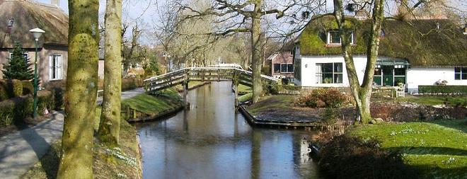 Thị trấn cổ tích Giethoorn ở Hà Lan: Hơn 7 thế kỷ không có đường bộ, đi thăm nhau không ngồi ô tô mà phải chèo thuyền - ảnh 2